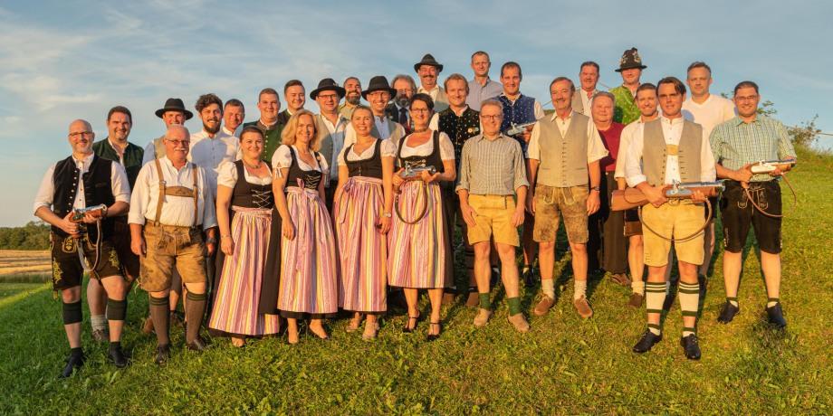 """Die neue Böllerschützen-Gemeinschaft """"D'Gmiatlichn"""" Eching/Dietersheim mit ihren Gästen nach der Gründungsversammlung im Juli 2019 (Foto: Olaf Kropp)"""